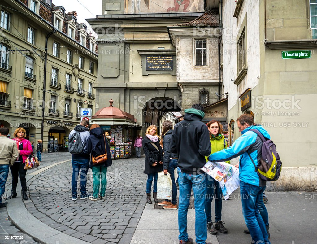 Tourists with city map on Bern street, Switzerland – Foto