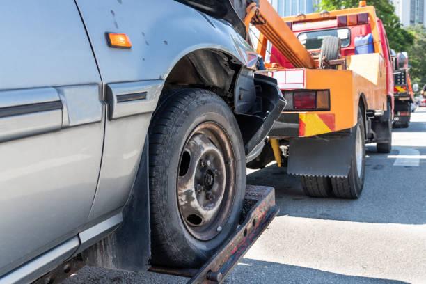 Lastwagen schleudert in Notfall ein kaputtes Auto – Foto