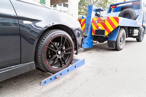 Abschleppwagen Abschleppen einem Defekt down-Auto auf der Straße – Foto
