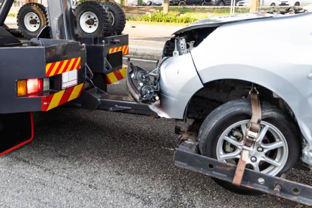 Abschleppwagen LKW Abschleppen Auto Unfall aufgeschlüsselt – Foto
