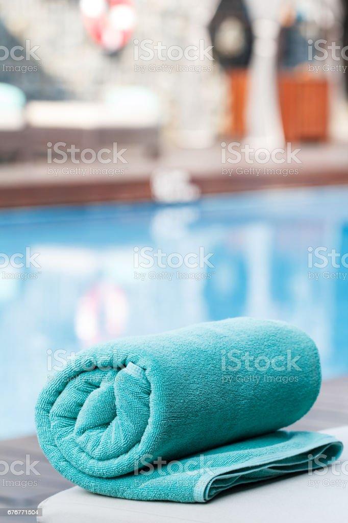 Handtuch und Schwimmbad – Foto
