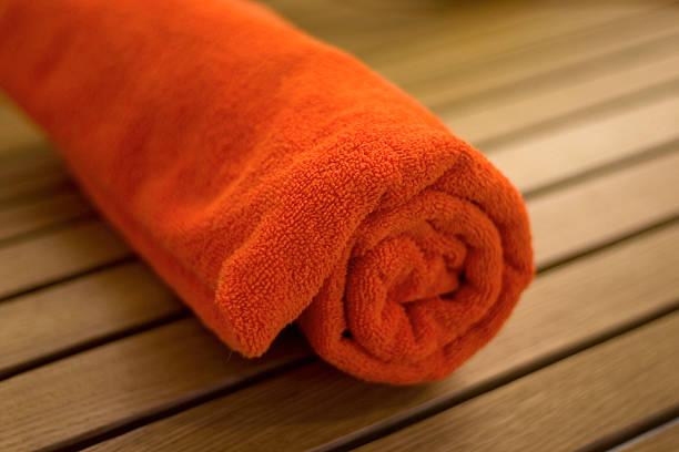 handtuch mit geflochtenen in einem tubulus auf stuhl - sauna textilien stock-fotos und bilder