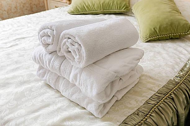 handtuch im hotel schlafcouch. heißen gäste zimmerservice - badewannenkissen stock-fotos und bilder