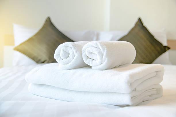 l'asciugamano in camera, accolgono gli ospiti, servizio in camera - prodotto per l'igiene personale foto e immagini stock