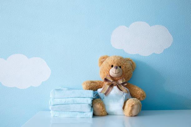 Oso bebe en pañal y toallas - foto de stock