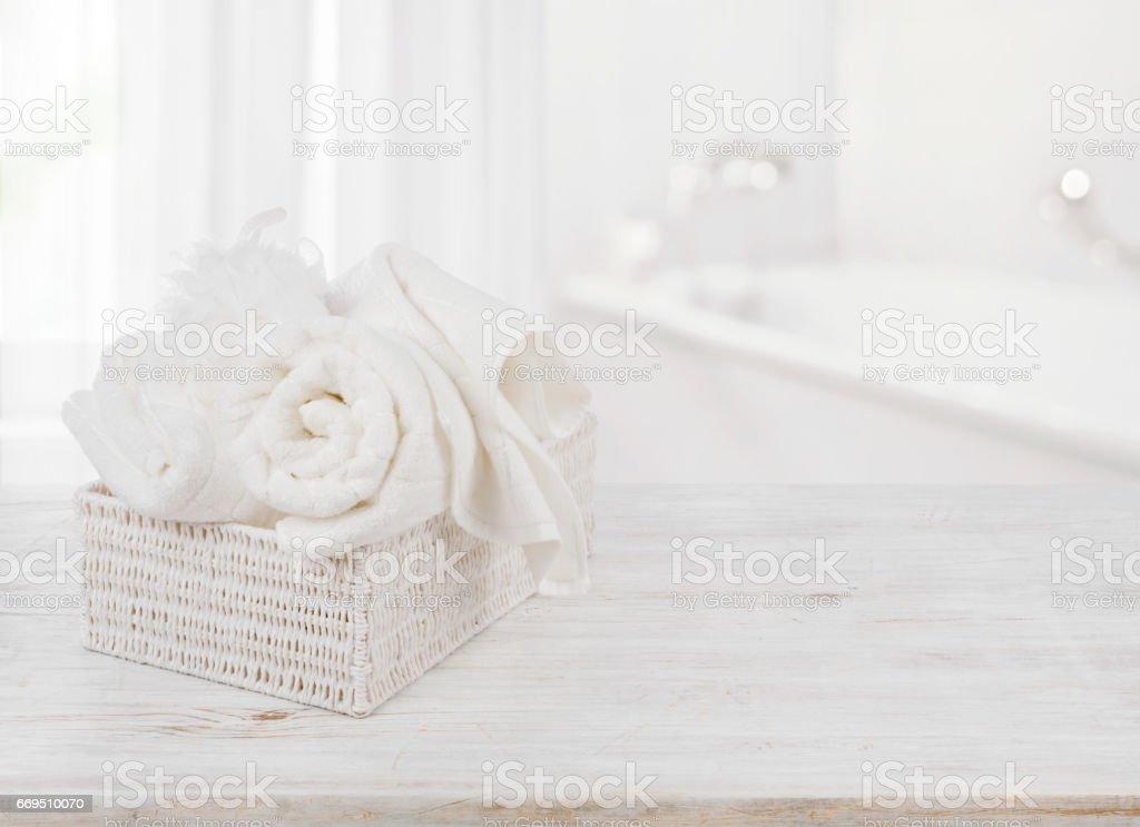 Esponja de banho em caixa sobre fundo borrado banheiro e toalhas - foto de acervo