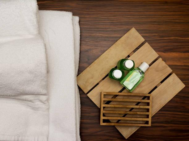 handtücher und seife-kits im hotelbad - badmöbel gäste wc stock-fotos und bilder