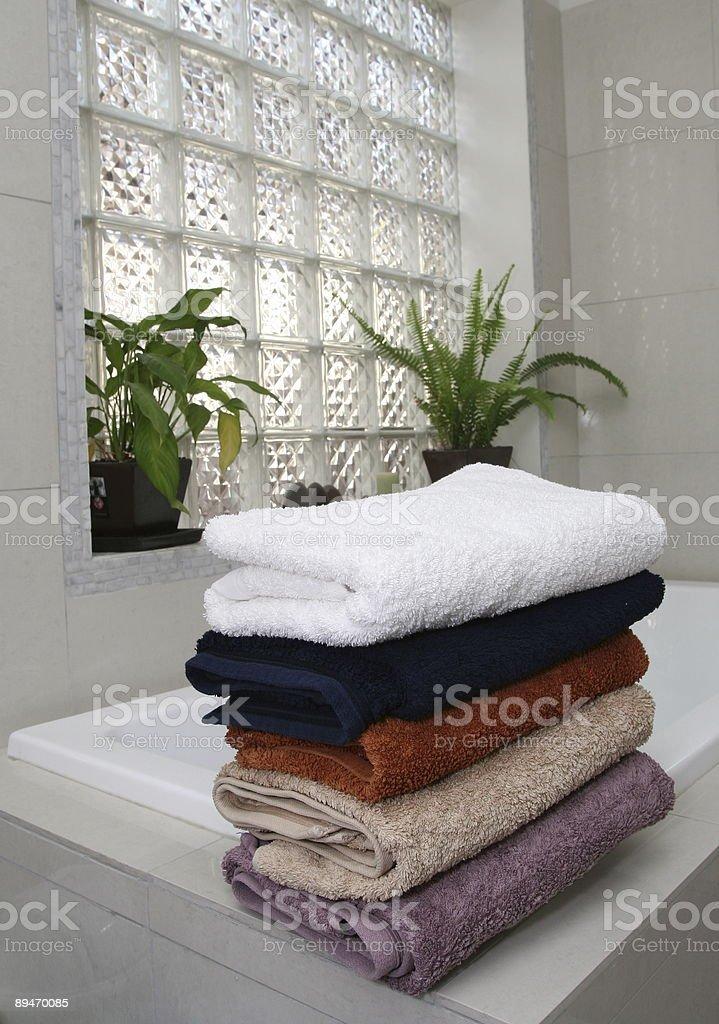 Toallas en la bañera foto de stock libre de derechos