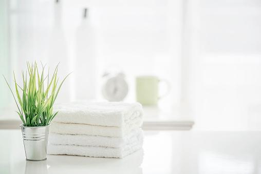 毛巾在白色桌與拷貝空間在模糊的浴室背景 照片檔及更多 乾淨 照片