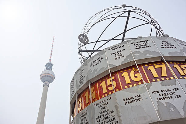 fernsehturm und worldclock (fernsehturm berlin), atomic test ban treaty - weltzeituhr stock-fotos und bilder