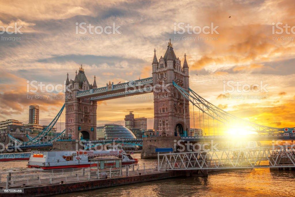Tower Bridge gegen farbenprächtigen Sonnenuntergang in London, England, UK Lizenzfreies stock-foto