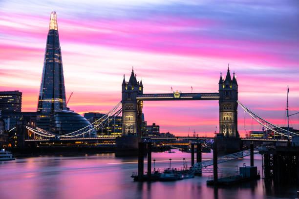 tower bridge och londons silhuett i skymningen - flod vatten brygga bildbanksfoton och bilder