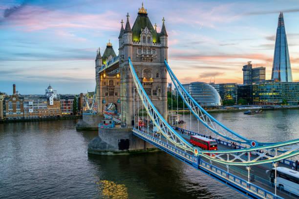 Tower Bridge in der Abenddämmerung – Foto