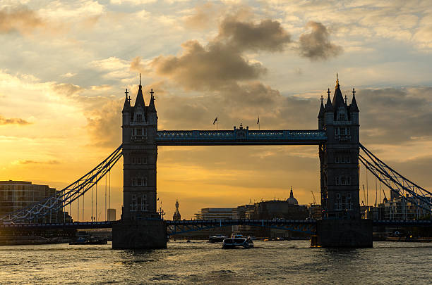 Puente de la torre en la puesta de sol - foto de stock