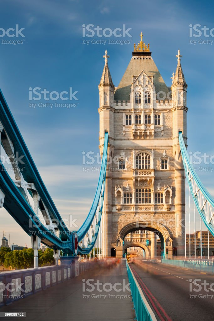 Tower Bridge in London mit blauem Himmel – Foto