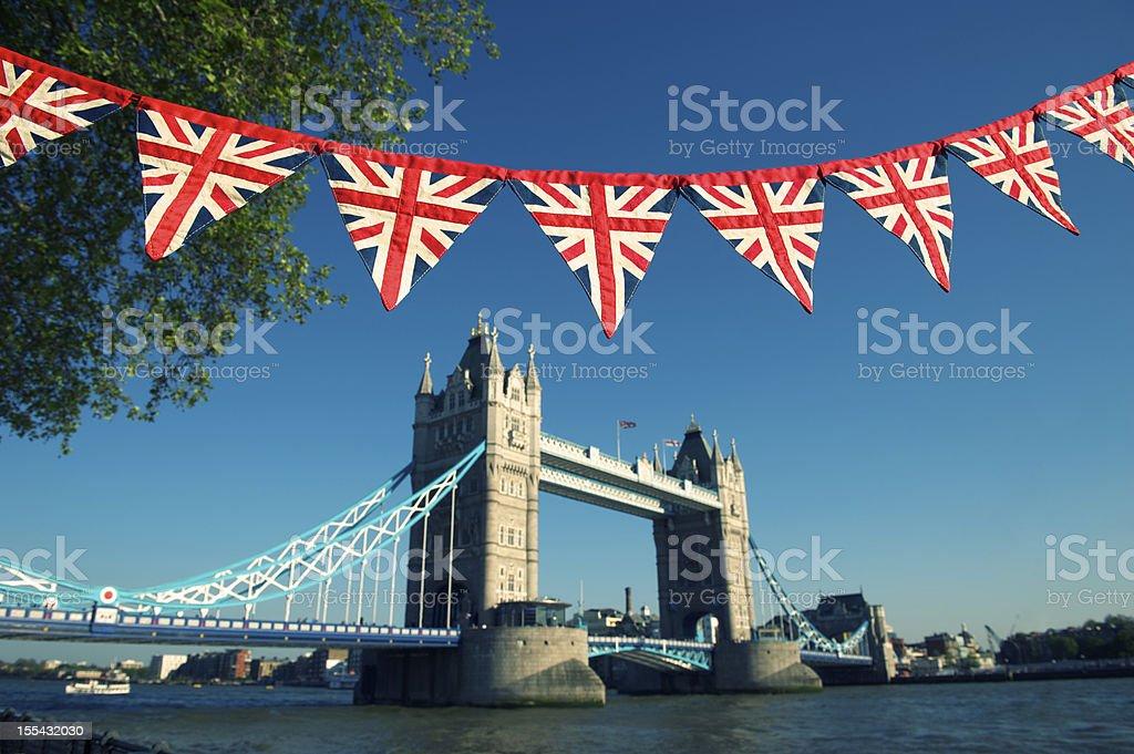 Ponte da Torre de Londres, com clássicos Union Jack Bunting - foto de acervo