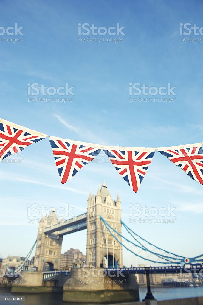 Ponte da Torre de Londres, com Union Jack Bunting - foto de acervo
