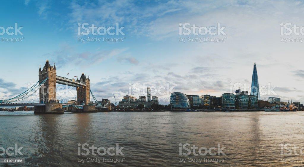 Tower Bridge Themse und London Skyline – Foto