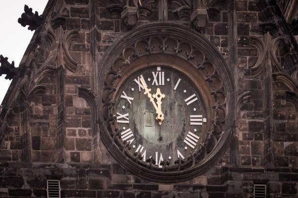turm uhr fünf minuten vor zwölf - last minute urlaub deutschland stock-fotos und bilder