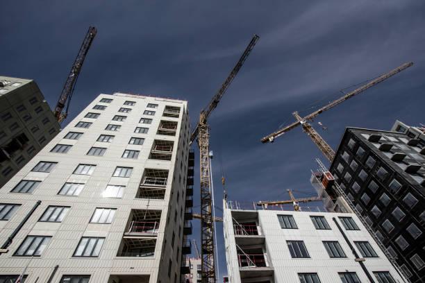 Tornkran på byggarbetsplats i Stockholm (Sverige) bildbanksfoto