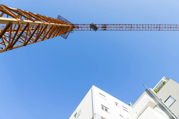 tower crane seen from the ground - foto stock