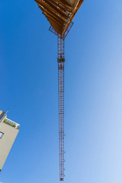 tower crane with home building - foto stock
