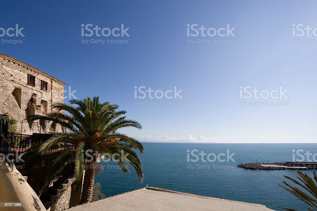 Garde à la tour de Cetara (petite ville à la côte amalfitaine, Italie photo libre de droits