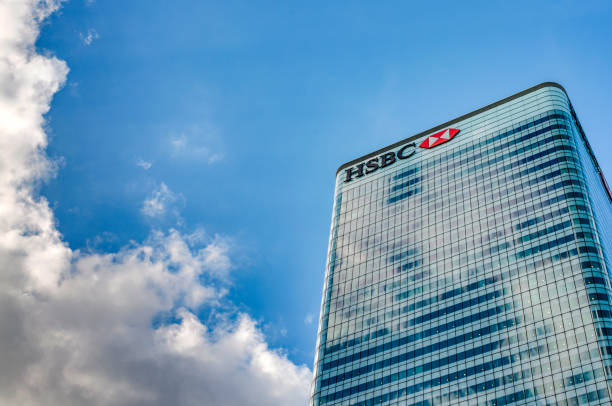 HSBC Tower HQ (8 Canada Square) against the blue sky and clouds with copy space in Canary Wharf, London, England . It is the main headquarters of HSBC Bank London, UK - July 31st 2018: HSBC Tower HQ (8 Canada Square) against the blue sky and clouds with copy space in Canary Wharf, London, England . It is the main headquarters of HSBC Bank hsbc stock pictures, royalty-free photos & images