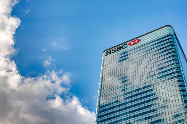 HSBC Tower HQ (8 Canada Square) contra el cielo azul y las nubes con espacio de copia en Canary Wharf, Londres, Inglaterra. Es la sede principal de HSBC Bank - foto de stock