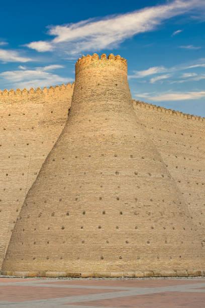 toren in de massieve muur van de ark, het fort van bukhara, oezbekistan - karavanserai stockfoto's en -beelden