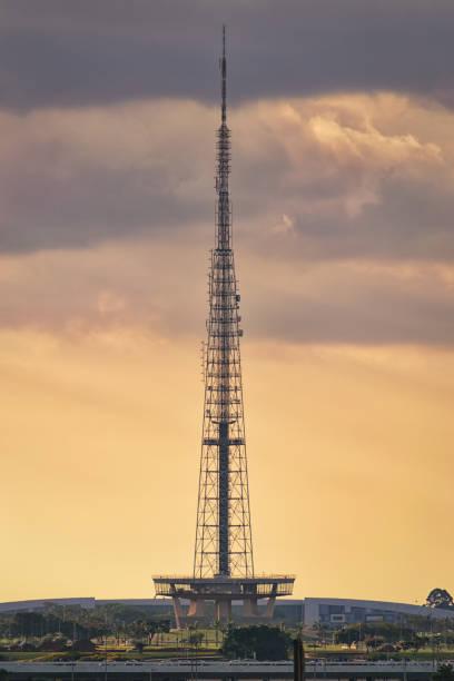 TV torre de Brasília durante o pôr do sol. - foto de acervo