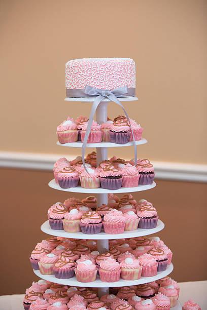 turm von cupcakes mit einem rosa hochzeitstorte - cupcake türme stock-fotos und bilder