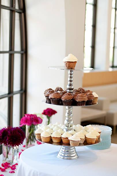 tower hochzeit-cupcakes - cupcake türme stock-fotos und bilder