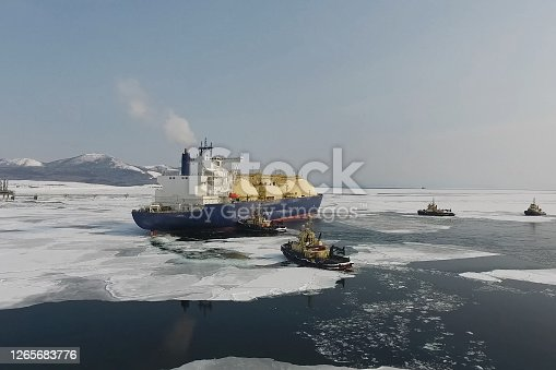 Towing a liquefied gas tanker. Transportation of hydrocarbons by sea.