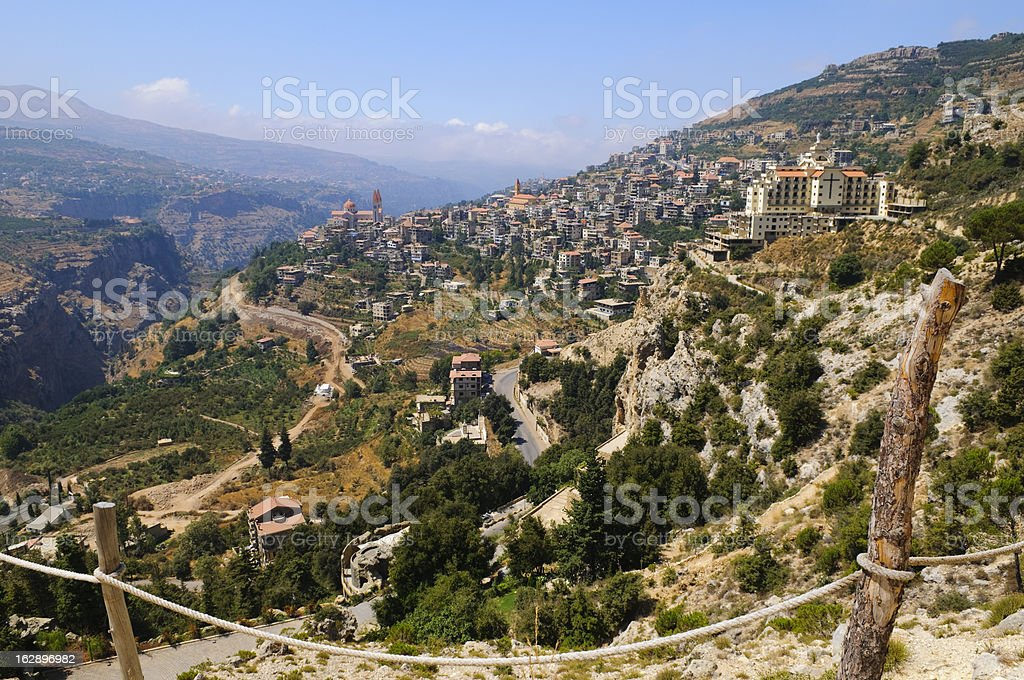 Stadt und die Landschaft in Bcharre, Libanon – Foto
