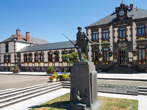town hall et du war memorial d'auvergne, france - chaine des puys photos et images de collection