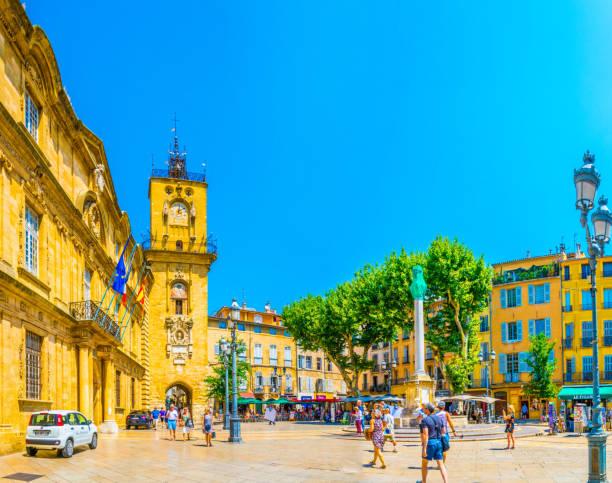 hôtel de ville à aix-en-provence, france - aix en provence photos et images de collection