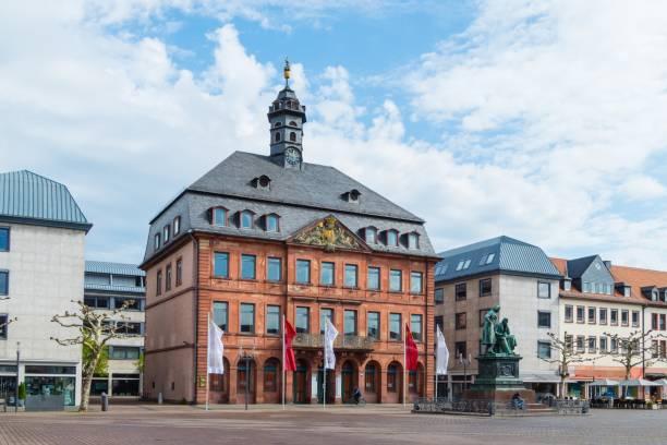 rathaus von hanau hessen - die brüder grimm stock-fotos und bilder