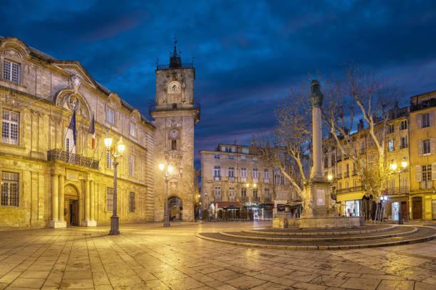 place de la mairie de la ville au crépuscule à aix-en-provence, france - aix en provence photos et images de collection