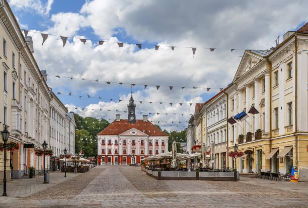 town hall square, tartu, estonya - estonya stok fotoğraflar ve resimler