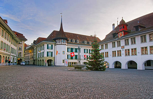 town hall square with christmas tree in thun old city - hotel bern stock-fotos und bilder