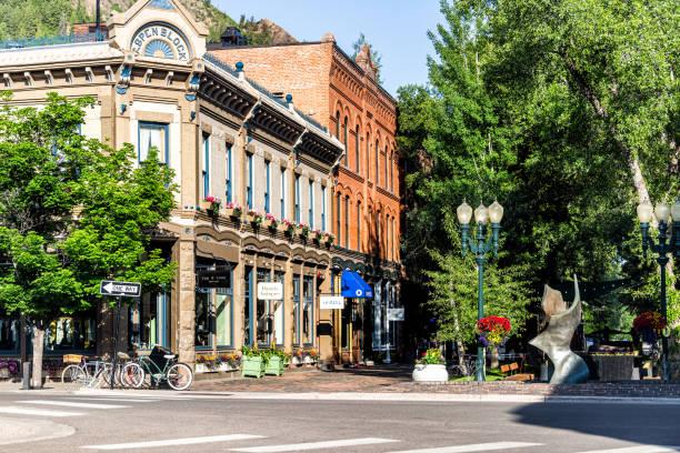 Cidade em Colorado com a arquitetura do vintage no quadrado do parque da rua na cidade famosa cara luxuosa durante o dia de verão - foto de acervo