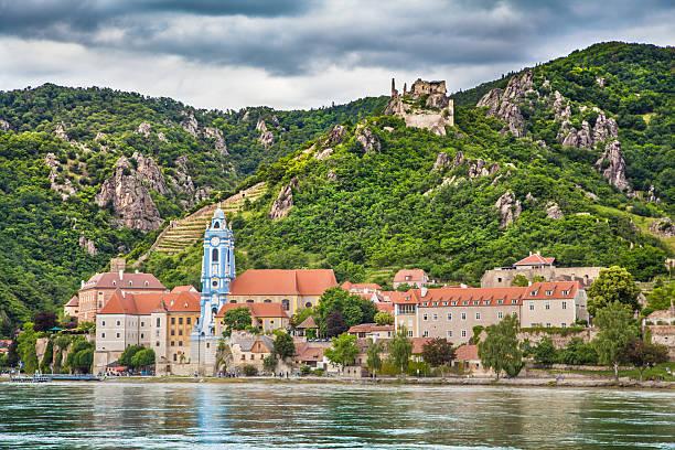 stadt dürnstein mit blick auf die donau, der wachau, österreich - österreichische kultur stock-fotos und bilder
