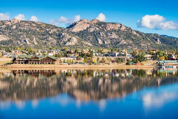 town of estes park and lake estes in colorado usa - estes park foto e immagini stock
