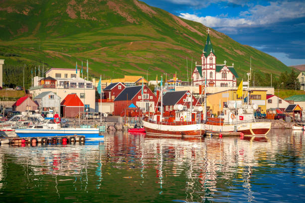 Stadt von Husavik bei Sonnenuntergang, Norden von Island – Foto