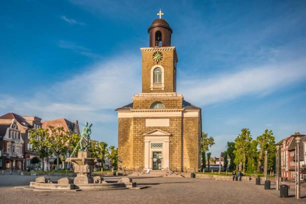 stadt husum mit marienkirche, nordfriesland, schleswig-holstein, deutschland - kiel stock-fotos und bilder