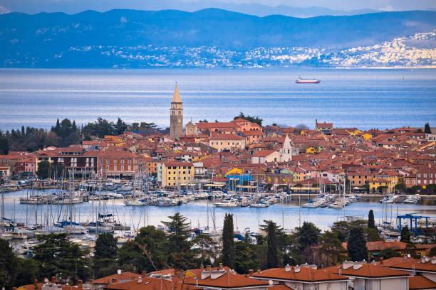 town of izola waterfront and bay aerial view, slovenia coastline - słowenia zdjęcia i obrazy z banku zdjęć
