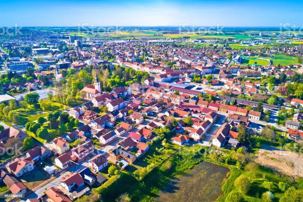 Vista aérea cidade de Koprivnica, Podravina região da Croácia - Foto de stock de Aldeia royalty-free