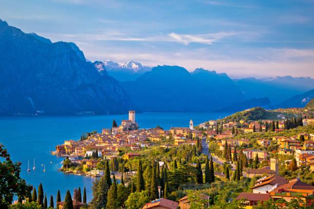 stadt malcesine am lago di garda-skyline-blick, venetien, italien - venezien stock-fotos und bilder