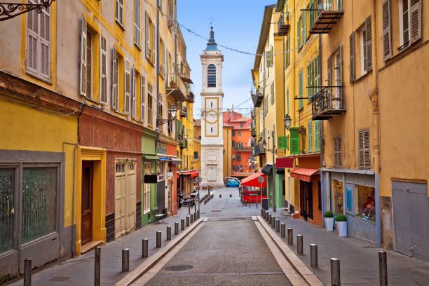 ville de nice architecture de rue colorée et vue de l'église - france photos et images de collection